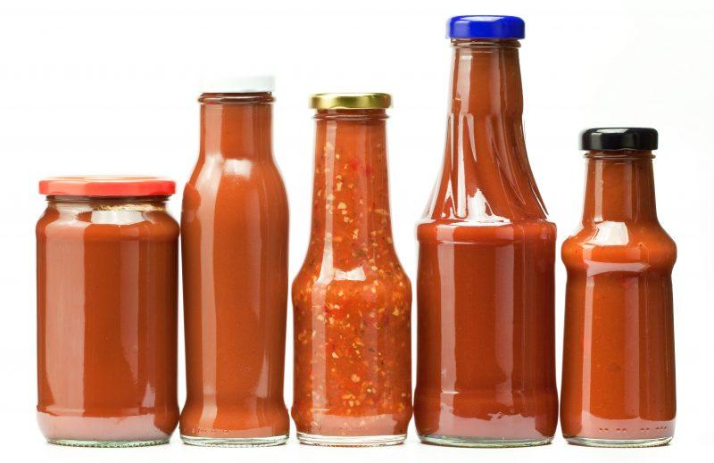 llenar botella tomate